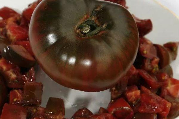 Черный помидор