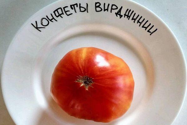 Помидор на тарелке