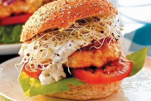 Гамбургер с помидором