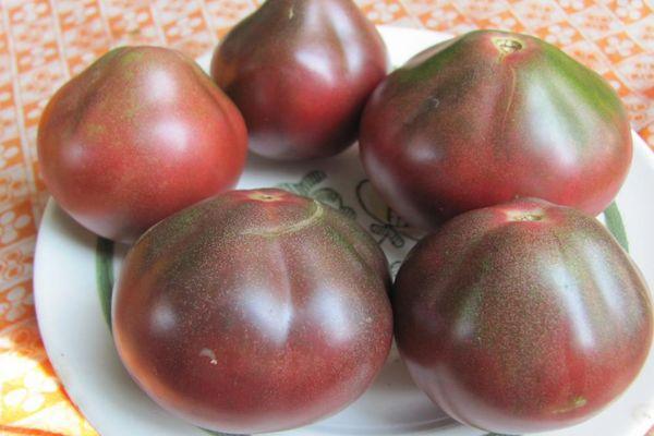 Тарелка с томатами