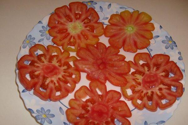 Нарезанный помидор