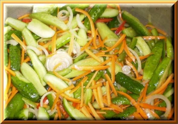 внешний вид салата с огурцами, морковью и луком