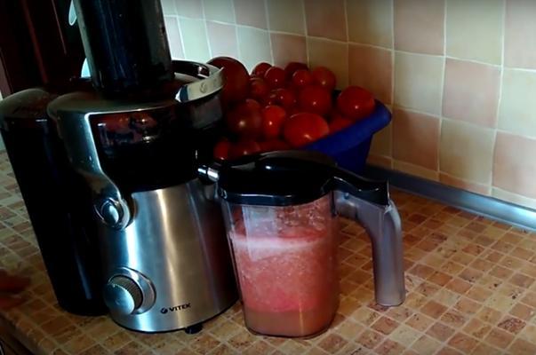 пропуск томатов через соковыжималку