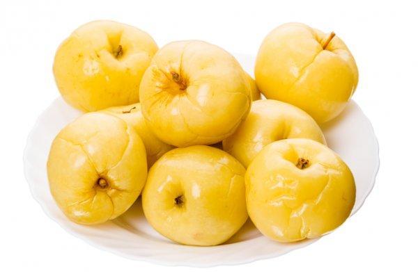 маринованные яблоки в тарелке