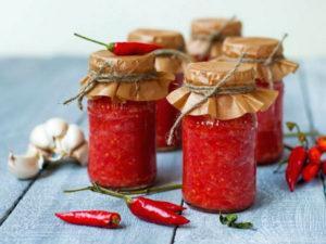 Лучшие рецепты, как приготовить абхазскую аджику на зиму традиционным способом, острую и с помидорами