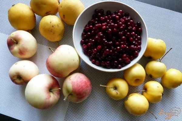 яблоки, брусника и груши