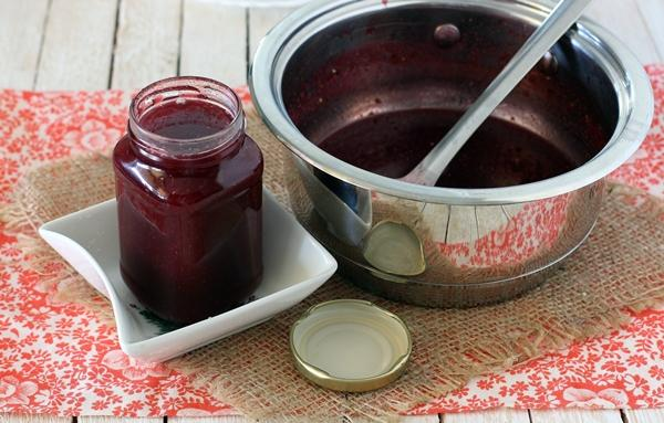 соус из красной смородины в кастрюле