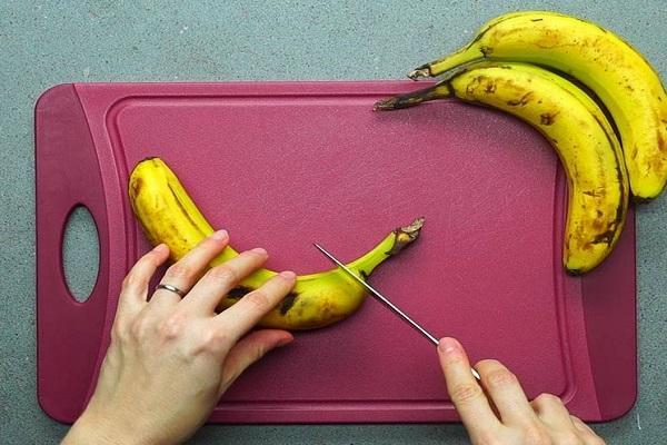процесс нарезки банана