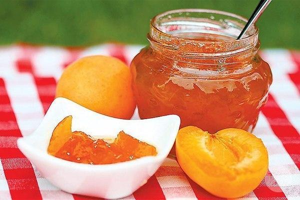 варенье из персиков на столе