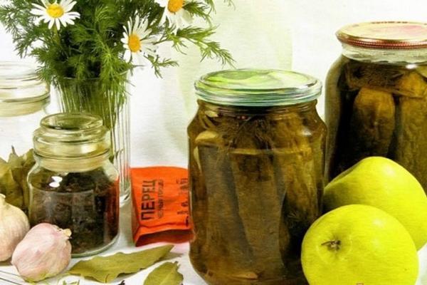 огурцы в яблочном соке на столе
