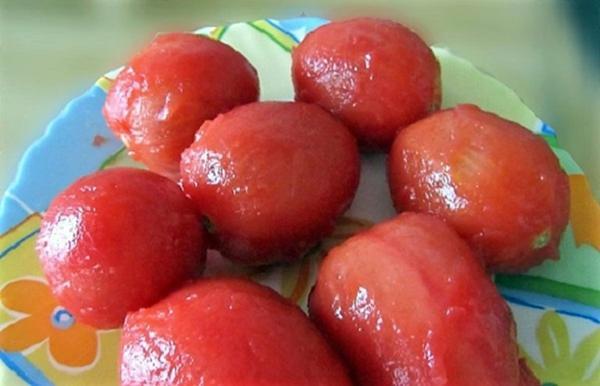 помидоры без кожицы на тарелке