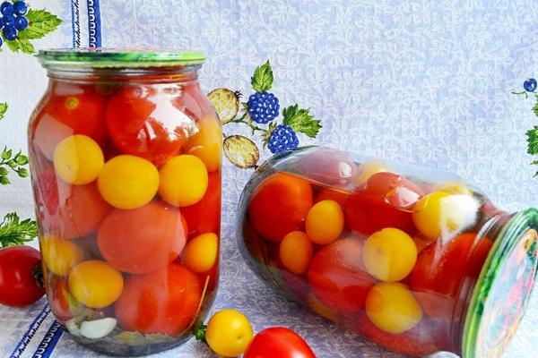 помидоры с медом в банках на столе