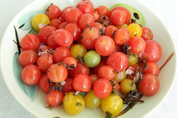 малосольные помидоры черри на тарелке