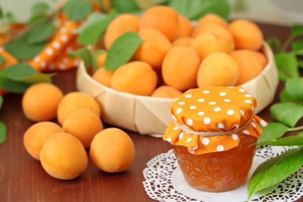 варенье из персиков в маленькой баночке