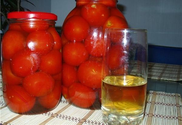 помидоры в яблочном соку в больших банках