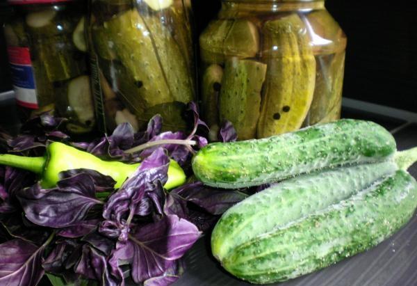 ингредиенты для огурцов с базиликом