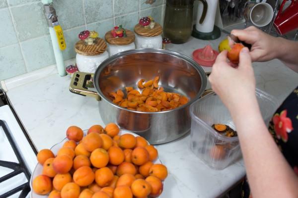 процесс готовки абрикосового повидла
