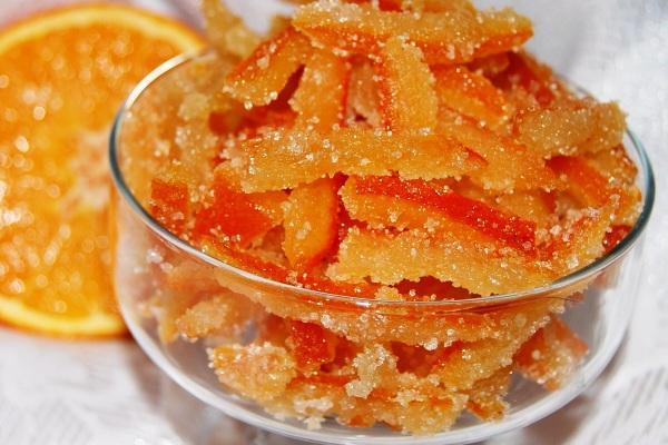 цукаты из апельсиновых корок в миске