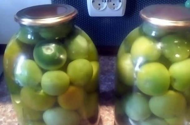 Зеленые помидоры в яблочном соке