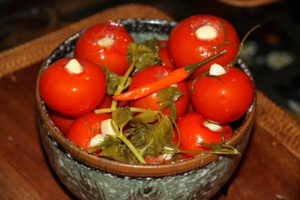 малосольные помидоры черри в миске