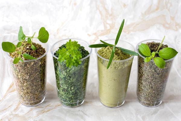 сушенная зелень в стаканах