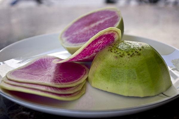 редька розовая на тарелке