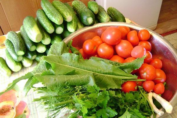 помидоры, огурцы и зелень