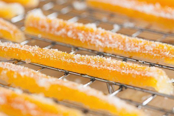 цукаты из апельсиновых корок на столе