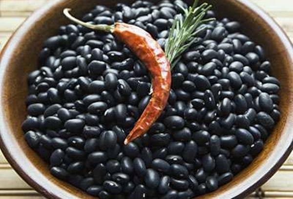 черная фасоль в миске