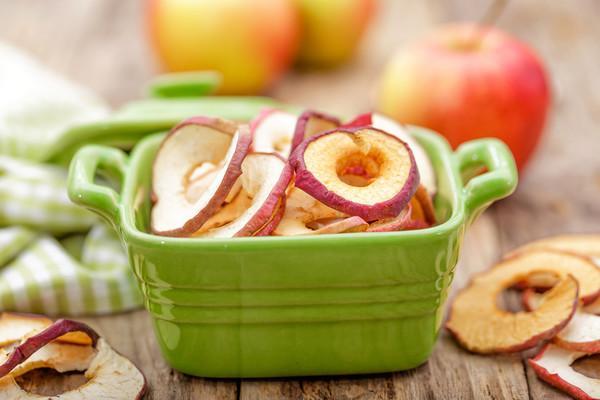 сушенные яблоки в миске