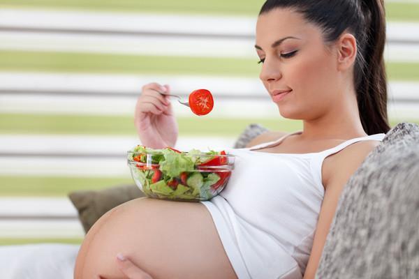 беременная кушает салат