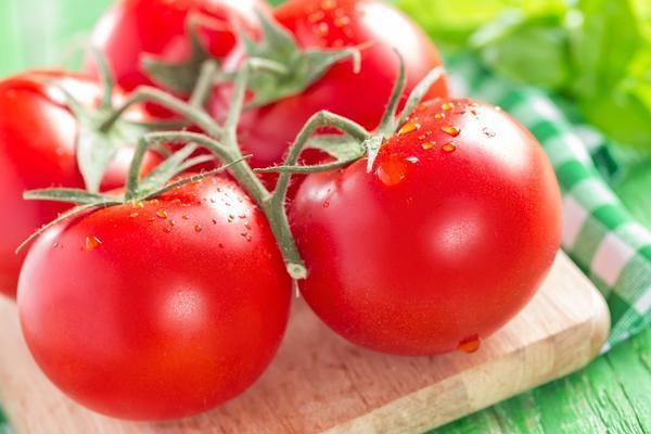 мытые помидоры на досточке