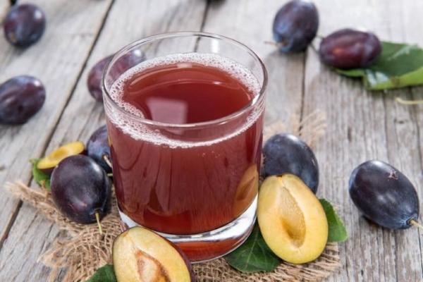 сливовый сок в стакане