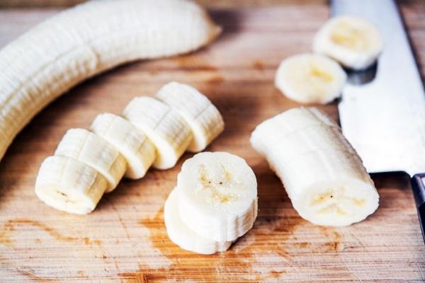 нарезанный банан на досточке
