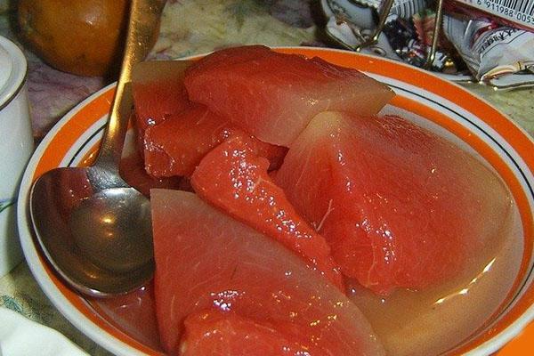маринованные арбузы на тарелке