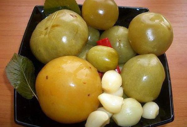 квашеные зеленые томаты на тарелке