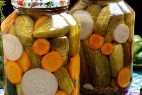 огурцы с морковью и луком в банках
