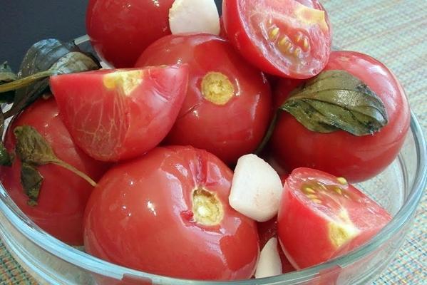 помидоры половинками в миске