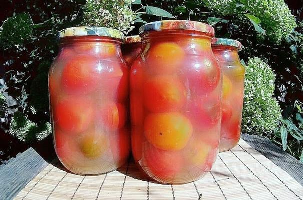 помидоры в яблочном соку в банках на улице