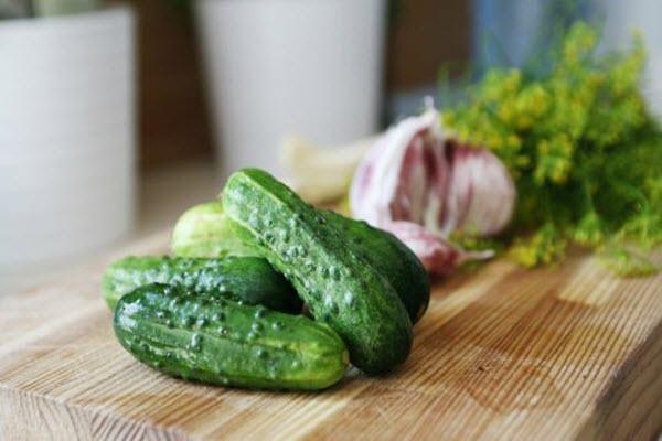 огурцы, чеснок и зелень