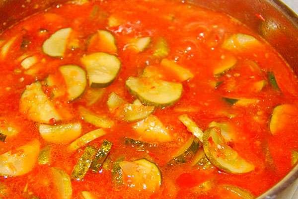 процесс приготовления огурцов в томате
