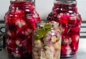 ТОП 10 рецептов маринованного чеснока зубчиками и головками со свеклой на зиму