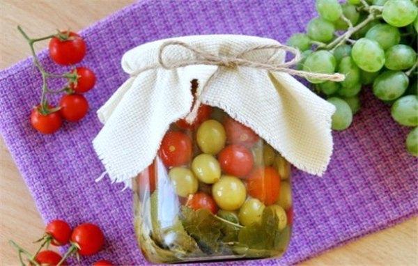 малосольные черри с виноградом