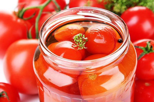 процесс закрутки томатов в соку