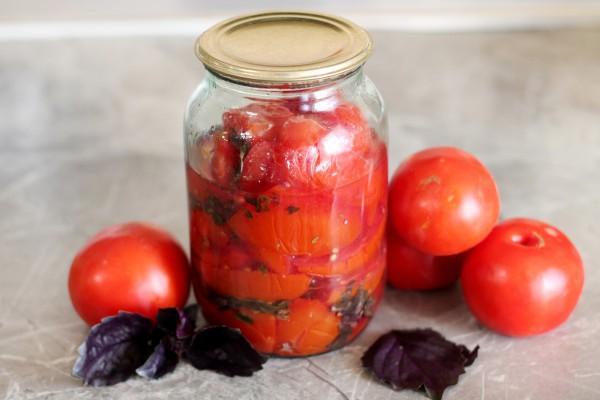 помидоры с базиликом в банке на столе