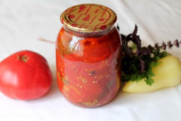 помидоры с базиликом на столе