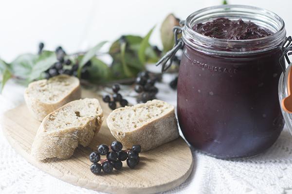 Варенье из черноплодной рябины на столе