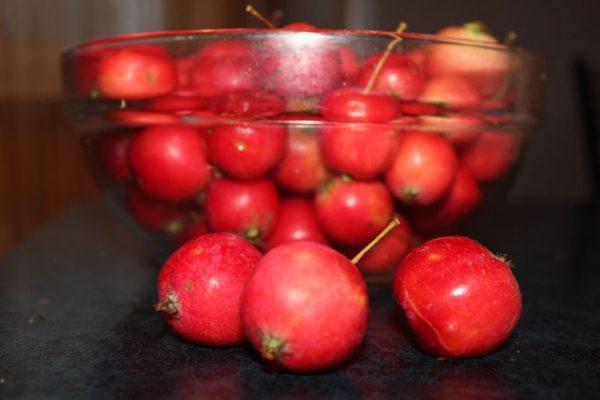 яблоки ранетки в миске