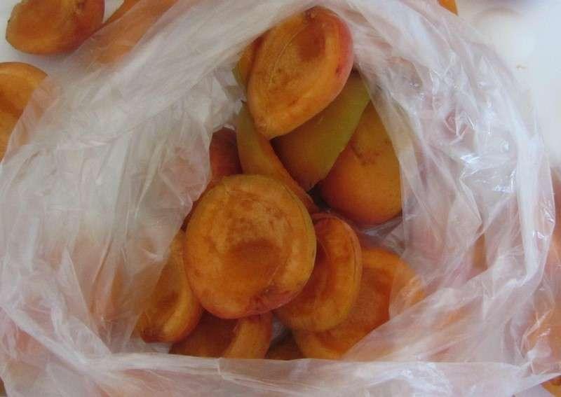 замороженные абрикосы в пакете