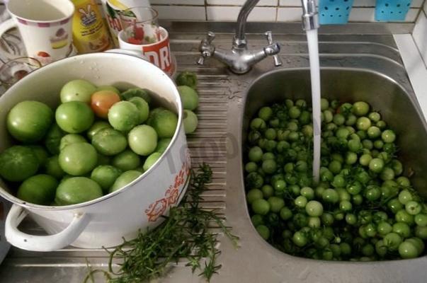 мытье зеленых помидор